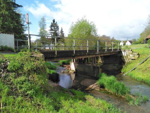 Die Brücke bei der Fischzucht Belser im Gruoler Stunzachtal (Häselbühlbrücke) muss dringend saniert werden. Die Kostenschätzung der Stadt für den Aufwand liegt bei 75000 Euro. Die Arbeiten werden umgehend ausgeschrieben.  Foto: Kost