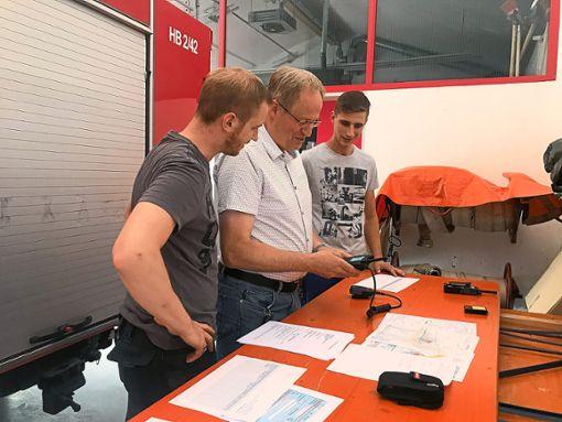 Daniel Maintok, Volker Renz und Chris Backhaus (von links) haben viel Arbeit bei der Vorbereitung der Digitalfunkstandorte in den Feuerwehrgerätehäusern.  Foto: Stadt Haiterbach Foto: Schwarzwälder Bote