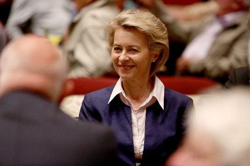 Keine endgültige Aussage, aber eine Tendenz: Ursula von der Leyen äußert sich zur Zukunft der Zollernalb-Kaserne.    Foto: Maier