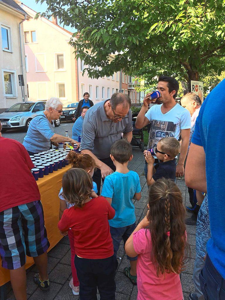 Villingen-Schwenningen: Jürgen Roth verteilt Getränke - Villingen ...