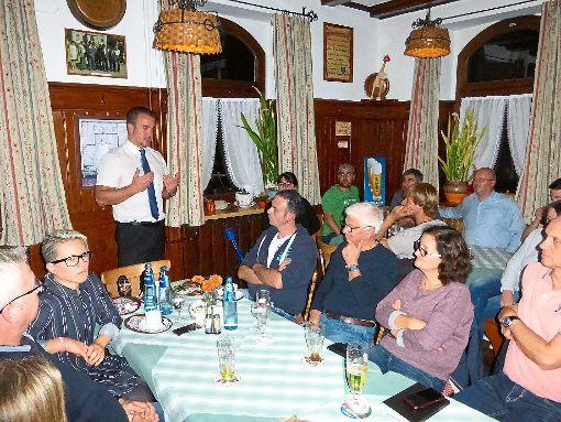 Interessiert lauschen die  Fützener den Ausführungen des Allein-Kandidaten  im Gasthof Zum Kranz. Foto: Suttheimer