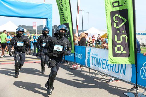 Auch Polizisten in Montur dürfen beim Towerrun an den Start.   Foto: Graner