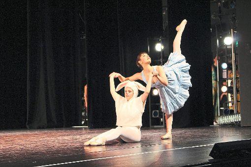140 Tänzerinnen entführen das Publikum ins Wunderland.   Fotos: Neß Foto: Schwarzwälder-Bote