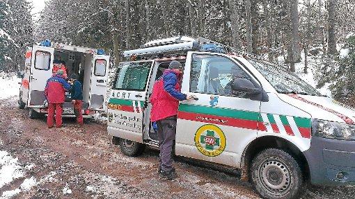 Hilfe im verschneiten Wald: die Bergwacht Furtwangen bei ihrem Einsatz in Neukirch. Foto: Bergwacht