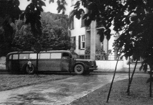 """Einer der """"grauen Busse"""", heimlich aufgenommen vor der Diakonie Stetten i.R. im Jahr 1940.  Foto: Bildarchiv Gedenkstätte Grafeneck Foto: Schwarzwälder-Bote"""