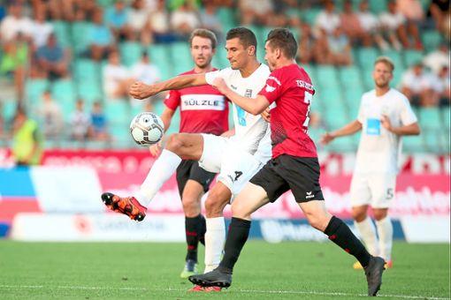 Sein erstes Regionalliga-Tor peilt der Balinger Stürmer Patrick Lauble (rechts) gegen Hoffenheim II an.    Foto: Eibner