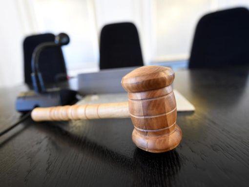 In der Schweiz hat der Aufsehen erregende Prozess gegen einen Ex-Fußballjugendtrainer begonnen, der einen Jungen missbraucht und ihn und drei weitere Menschen ermordet haben soll. Foto: dpa
