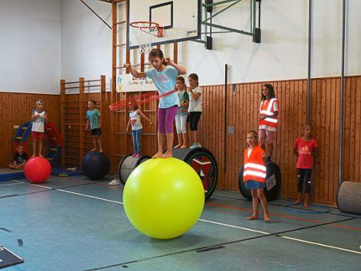 Hula Hoop auf einer Kugel: Dafür gibt es für die Nachwuchsartistin Sonderapplaus.   Foto: Vögele Foto: Schwarzwälder Bote