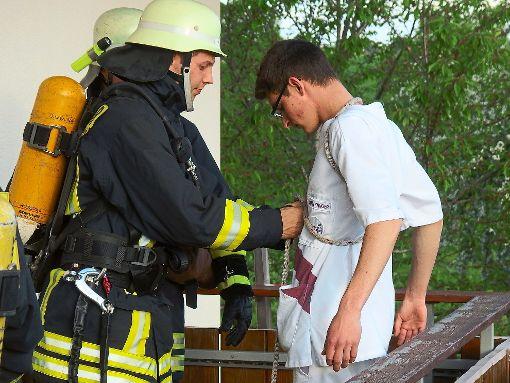 Auch vom Balkon mussten die Feuerwehrmänner einige Personen retten.   Foto: Feuerwehr Bösingen Foto: Schwarzwälder-Bote