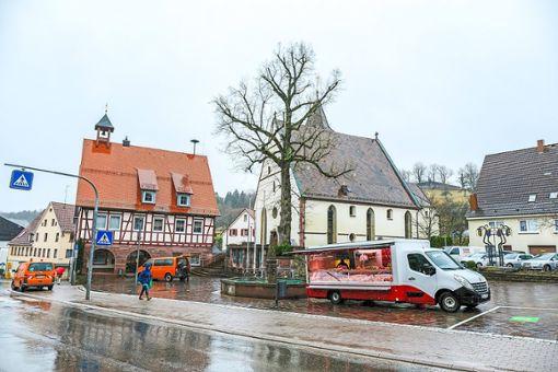 Der Wochenmarkt gibt donnerstags nun ein eher trauriges Bild ab.   Foto: Fritsch