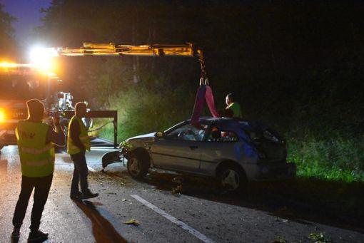 Der Unfallwagen musste von einem Kran geborgen werden. Foto: Nölke