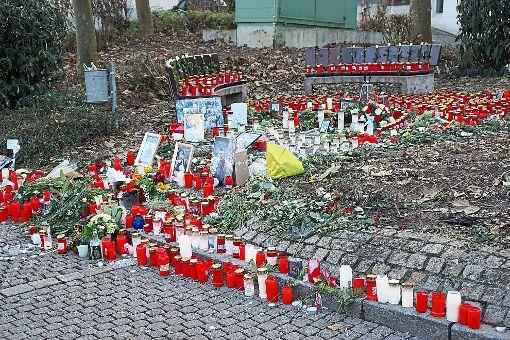 Der Tatort in Hechingen: Kerzen und Blumen erinnerten im Dezember an die Tragödie. Hunderte Menschen zeigten ihre Anteilnahme. Foto: Stopper