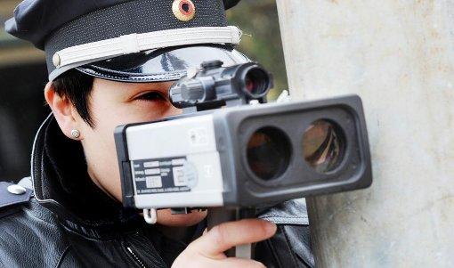 Achtung, Blitzer! Die Polizei nimmt es mit der Geschwindigkeit heute besonders genau. Foto: dpa