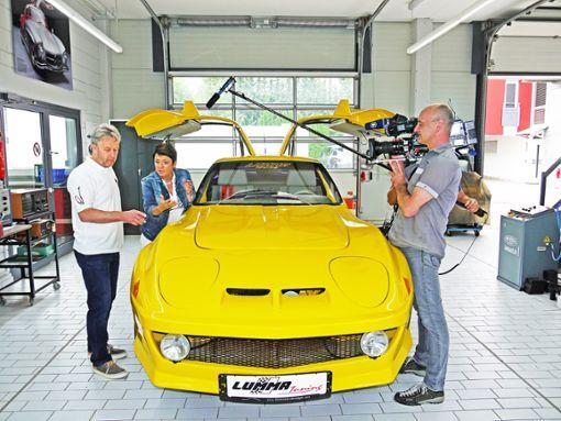 Horst Lumma (links) zeigt Sonja Faber-Schrecklein, wie er aus Autos wahre Kunstwerke macht. Foto: Kistner