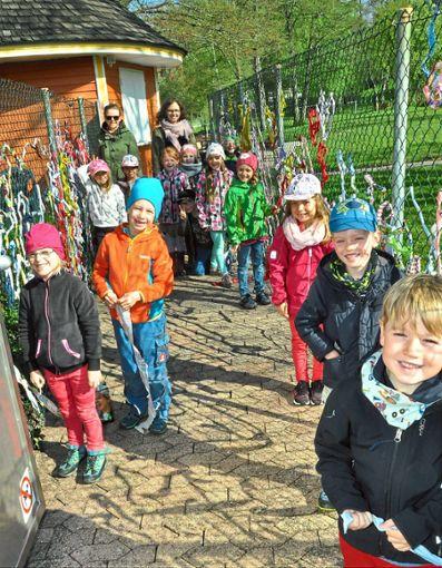 Mit bunten Stoffen haben die Tannheimer Kindergartenkinder mit ihren Erzieherinnen den Eingangsbereich des  Tannheimer Freibades gestaltet.   Foto: Zimmermann Foto: Schwarzwälder Bote