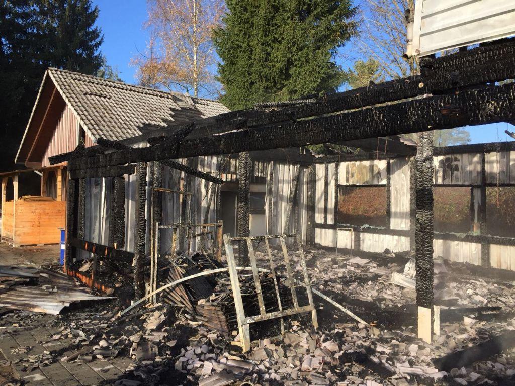 Die Brandruine am Morgen: Das Vereinsheim der Villingendorfer Cavemen hat gebrannt. Foto: (nil)