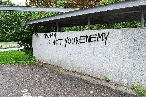 Der Schriftzug an der Wand zur Tiefgarage neben der Kreissparkasse soll bald entfernt werden.   Foto: Cools