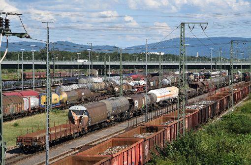 Nach der Sperrung der Rheintalbahn bei Rastatt wird der Güterverkehr ab Mittwoch über die Strecke der Gäubahn umgeleitet. (Symbolfoto) Foto: dpa