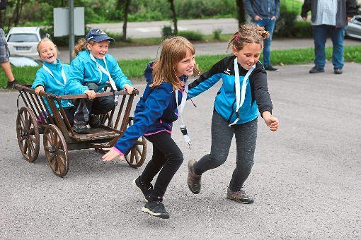 Ein Team der Olympiade beim Leiterwagen-Wettrennen (von links): Lizzy, Joy, Madeleine und Julia geben beim Wettkampf alles.     Foto: Müssigmann Foto: Schwarzwälder-Bote