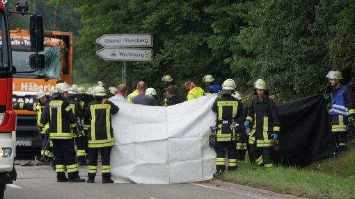 Die fünf Menschen in dem VW Golf hatten keine Chance. Sie waren alle sofort tot. Foto: SDMG/Dettenmeyer