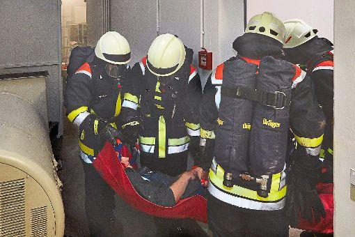 Eine Herausforderung bei der Arburg-Feuerwehrhauptübung war  die Rettung eines Verletzten durch enge Gänge.    Foto: Arburg Foto: Schwarzwälder-Bote