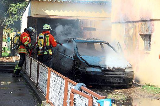 Viel Arbeit hat die Feuerwehr in Hondingen beim Löschen eines Fahrzeugbrands.  Foto: Bäurer