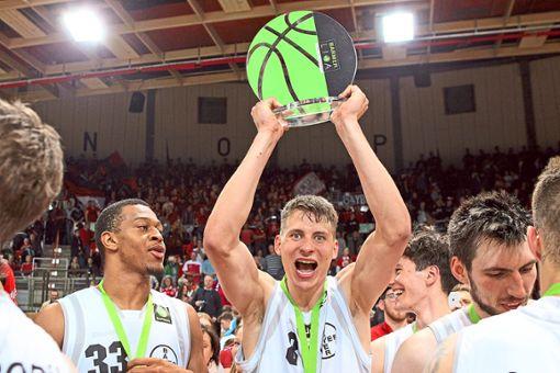 Leverkusens Valentin Blass stemmt den ProB-Meisterpokal in die Höhe.  Foto: Eibner Foto: Schwarzwälder Bote
