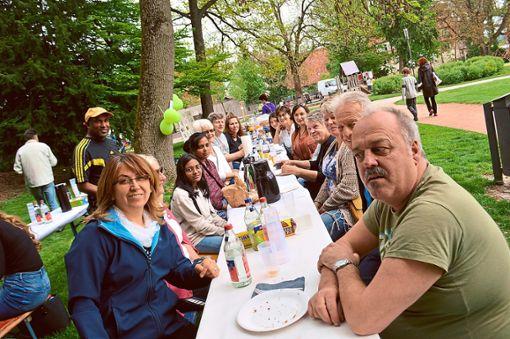 Viel Spaß beim gemeinsamen Austausch, Essen und Spielen haben die Bürger im Mauthepark.  Foto: Kratt Foto: Schwarzwälder Bote