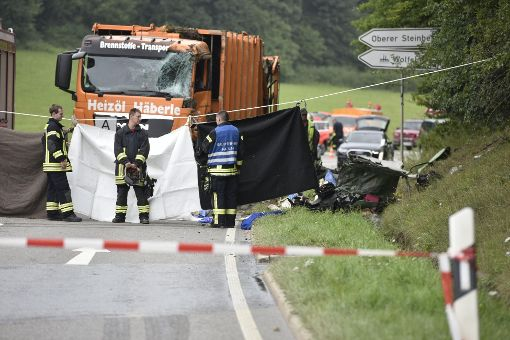Die Feuerwehr hat die Unglücksstelle bei Nagold mit einem Sichtschutz verhängt.  Foto: 7aktuell.de/Oskar Eyb