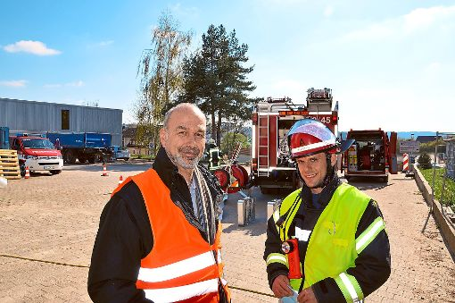 Werksleiter Eugen Göller und der erste stellvertretende Stadtbrandmeister Patrick Wöhrle (rechts). Foto: Fritsche