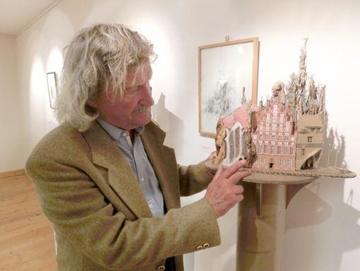 Reinhold Ulmschneider, hier bei einer Ausstellung seiner Werke im Kelnhof-Museum.  Foto: Kelnhof-Museum
