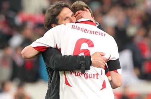 Labbadia umarmt Niedermeier, der das Tor zum 1:1 geschossen hat. Foto: dpa