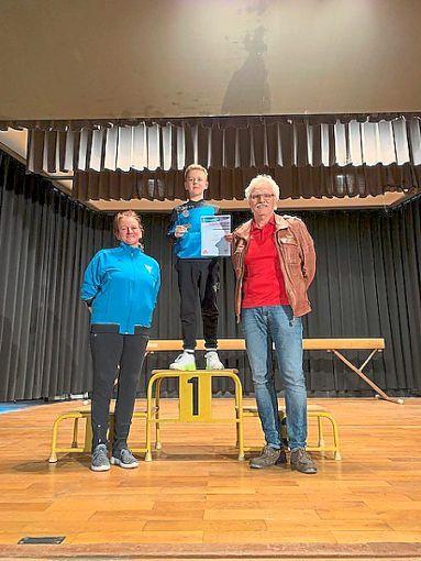 Nevio Kirsch (Mitte) nahm den Siegerpokal von der Vorstandschaft des Kehler TV entgegen.  Foto: Franz Foto: Schwarzwälder Bote