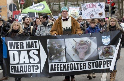 Tierschützer demonstrierten 2014 in Tübingen gegen den Einsatz von Affen in der Forschung am Max-Planck-Institut für biologische Kybernetik. Das Institut hat seine Versuche nach anhaltender Kritik eingestellt. Foto: dpa