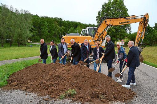 Sichtlich gute Laune bei allen Beteiligten beim Spatenstich für den Ausbau der K 4300 bei Gechingen.  Foto: Kunert