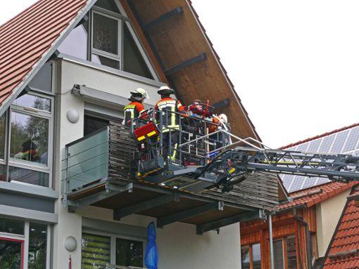 Da der Transport durchs Treppenhaus nicht mehr ging, musste die Feuerwehr helfen und den Patient mittels Drehleiter aus dem zweiten Obergeschoss herausholen.  Foto: Hauser
