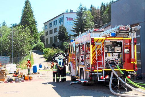 Nach einem Chemieunfall bei der Firma Hartchrom/Kreuz in Blumberg-Zollhaus rücken die Blumberger Feuerwehr und der Gefahrgutzug im Schwarzwald-Baar-Kreis mit einem Großaufgebot an. Foto: Lutz