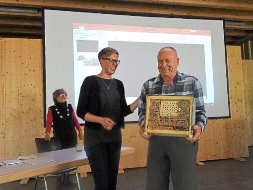 Regionalgeschäftsführerin Katharina Baudis ehrt Dieter Kohnle mit einem Insektenhotel für sein Engagement bei der Renaturierung des Schwenninger Mooses.   Foto: Bombardi Foto: Schwarzwälder Bote