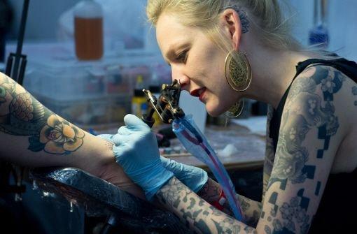Das geplante Tattoo-Verbot der Polizei wird aus Sicht der Gewerkschaft eine Prozesslawine auslösen. Foto: dpa
