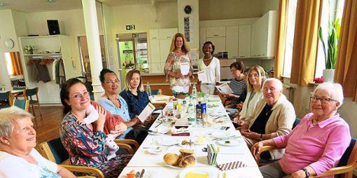 Ute Sauter und Solange Fischer-Bernardino (stehend, von links) stellen die Broschüre  beim internationalen Frauenfrühstück in Balingen vor.   Foto: Privat Foto: Schwarzwälder Bote