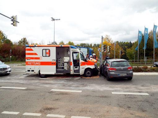 Der Rettungswagen fuhr auf Höhe des Vorderrades gegen das Auto. Foto: Schnurr