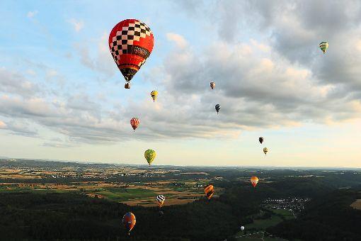 Ballons über Horb: Beim dritten Balloncup Horb boten sich besondere Bilder – von oben und von unten.   Fotos: Grebenstein Foto: Schwarzwälder-Bote