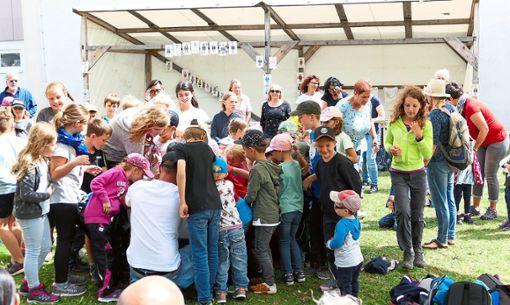 Eis für alle: Das zog die Kinder bei der Abschlussfeier wie magisch an.  Foto: Stadler Foto: Schwarzwälder Bote