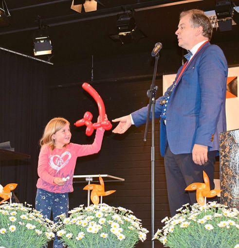 Die siebenjährige Julia King  und der große Zauberer Ludger Hoffkamp. Foto: Schwarzwälder Bote
