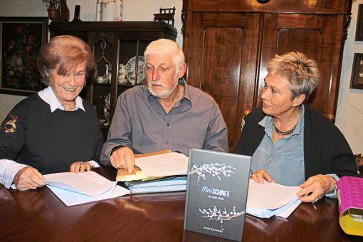 Sie haben Gertrud Wollschläger (links) unterstützt: der ehemalige Kriminalhauptkommissar  Dieter Geißel aus Calw und Lektorin Gudrun Schächinger.  Foto: Köncke Foto: Schwarzwälder Bote
