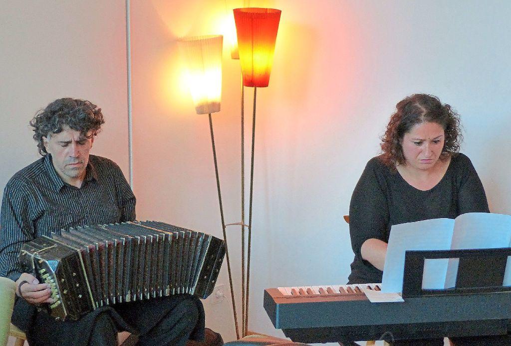 Martin Tato Via Und Angelina Rutigliano Spielten Tango Musik Im Caf Wohnzimmer Foto