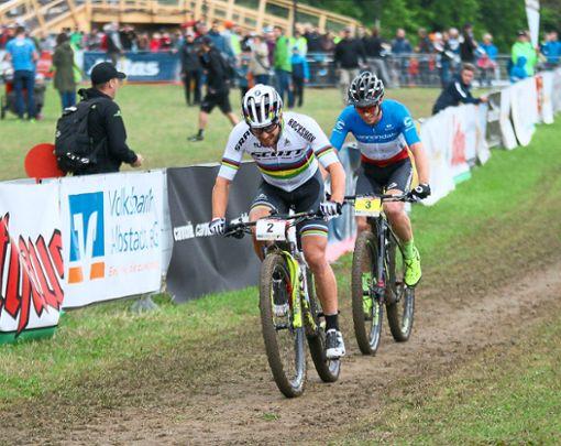 Packt's Serienweltmeister Nino Schurter (Startnummer 2)  in Albstadt erneut? Im Niederländer Mattheu van der Poel (links, Nummer 4) hat der Schweizer einen ganz großen Konkurrenten.  Foto: Kara