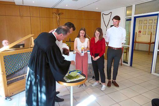 Eine Premiere: Gottesdienste finden im Johannes-Brenz-Heim zwar regelmäßig statt, eine Taufe aber zum ersten Mal. Foto: Schwarzwälder Bote