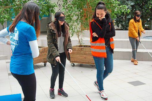 Die Schüler erlebten es am eigenen Leib, wie es ist, wenn man blind ist.   Foto: Schlepper Foto: Schwarzwälder-Bote