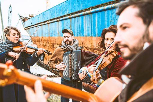 Die Musiker von Zakouska kommen aus Straßburg und Brüssel und spielen mitreißende Weltmusik. Am 4. März sind sie  in Kehl zu erleben.  Foto: Lutz Foto: Schwarzwälder Bote